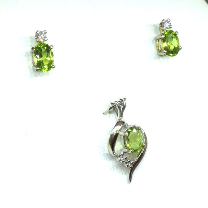 3024e Peridot Oval Diamond Accents White Gold Pendant & Earrings